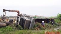 Xe tải chở đầy lá ngô mất lái lật nhào dưới ruộng
