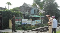 Thấy tàu vẫn băng qua đường sắt, 2 thanh niên bị thương nặng