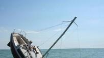 Tàu chìm, 15 người trôi dạt trên biển