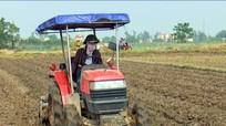 Xã thuê máy cày hỗ trợ nông dân làm đất vụ đông