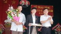 Trao tặng Huy hiệu Đảng cho đảng viên cao tuổi