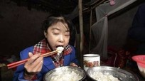 Bé gái 2 ngày ăn hết 5 kg gạo