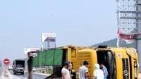 Xe tải chở đá dăm lật ngang đường, QL1A tắc nghẽn