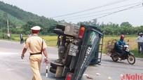 Xe khách đâm xe tải chổng vó, nhiều người bị thương