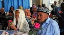 Chú rể 71 tuổi cầu hôn 1 năm mới lấy được cô dâu 114 tuổi