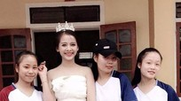 Chiếc váy làm từ 3.000 bông hoa giấy của học sinh Nghệ An