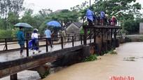 Một người đàn ông bị nước lũ cuốn trôi ở Yên Thành