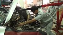 Dịch vụ sửa chữa xe ô tô tăng mạnh sau mưa lụt