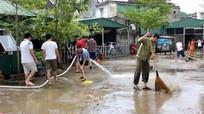 Người dân chung cư tổng dọn vệ sinh sau mưa lụt