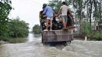 Nước lũ dâng cao, người dân phải 'tăng bo' phương tiện giao thông