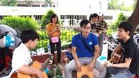 Sinh viên Đại học Vinh buôn hoa, ủng hộ đồng bào bị lũ lụt
