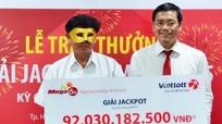 Lão nông đeo mặt nạ nhận thưởng giải xổ số 92 tỷ