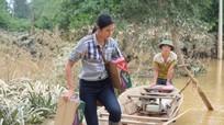 Hoa hậu Ngọc Hân lội nước chuyển đồ cứu trợ đồng bào miền Trung