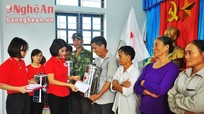 Hội Chữ thập đỏ Nghệ An cấp phát hàng cứu trợ tại xã Hưng Trung (Hưng Nguyên)