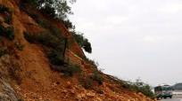 Núi Nguộc xuất hiện nhiều vết nứt lớn, đe dọa người đi đường