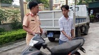 Công an Diễn Châu trao trả lại xe máy cho người bị mất