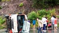 Bị mất lái, xe buýt lật nhào bên đường