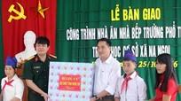Bộ CHQS tỉnh tặng quà cho học sinh xã Na Ngoi và Mường Ải (Kỳ Sơn)