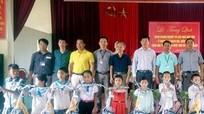Doanh nghiệp Kiên Giang tặng quà học sinh Con Cuông