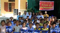Bưu điện tỉnh Nghệ An trao quà cho học sinh nghèo ở Quỳ Châu