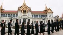 Hàng chục nghìn người Thái đổ về hoàng cung viếng linh cữu nhà vua