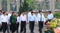 Phó Chủ tịch Quốc hội Tòng Thị Phóng dâng hương tại Nghĩa trang liệt sỹ Việt - Lào