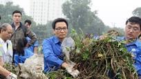 Phó thủ tướng Vũ Đức Đam đẫm mồ hôi dọn rác cùng sinh viên
