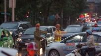 Vật vã chờ tắc đường trong mưa lạnh thành Vinh
