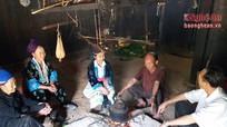 Thầy giáo 'ba giỏi' vừa dạy chữ vừa nuôi bò ở bản Mông