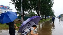 Mưa lớn, người dân bắt cá trên Đại lộ Lênin