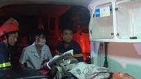 Giải cứu tài xế mắc kẹt sau vụ 4 xe tải đâm nhau trong đêm