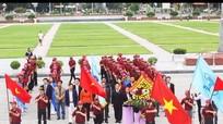 Trường ĐH Nguyễn Tất Thành dâng hoa, báo công với Bác Hồ