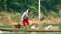Lênh đênh những đứa trẻ trên lòng hồ thủy điện bản Vẽ