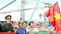 Quỳnh Lưu: Tặng 300 cờ Tổ quốc cho ngư dân ven biển