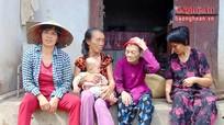 Mẹ già 70 tuổi một mình nuôi 4 mảnh đời bất hạnh