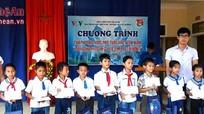 Các đơn vị, tổ chức tặng quà cho học sinh vùng lũ