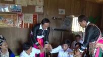 Đồng bào vùng cao làm vía cho thầy cô nhân ngày nhà giáo