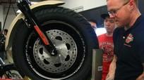 Xem cách thay lốp môtô 4 bánh quá ngoạn mục