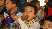 Bữa trưa ăn bốc của học sinh Khơ Mú