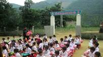 Tặng chăn ấm cho học sinh nghèo Khơ mú