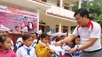 Tặng 60 suất quà cho học sinh nghèo Kỳ Sơn