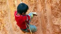 Thót tim với những trò chơi mạo hiểm của trẻ em người Mông