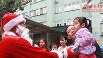 300 suất quà Giáng sinh đến với bệnh nhi
