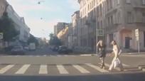 Người đi bộ cảm ơn tài xế vì được nhường đường
