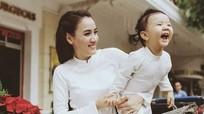 Trang Nhung và con gái diện đồ đôi xuống phố