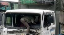 Cạy cabin cứu tài xế gãy chân sau tai nạn