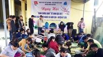 Thanh niên Hưng Nguyên gói bánh chưng xanh tặng hộ nghèo miền núi