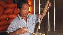 Ông lão mù người Mông tự chế tạo đàn, chơi nhạc