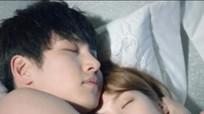 Đàn ông chung tình thường ôm và hôn vợ khi ngủ?