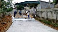 Bà con giáo dân Nghi Văn tự nguyện hiến đất làm giao thông nông thôn